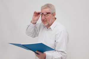 老眼の男性
