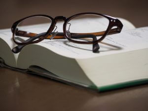 老眼鏡と本